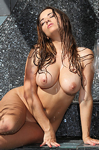 Taylor Vixen Gets Wet